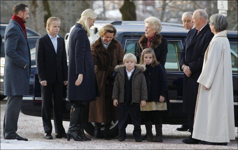 JULEGUDSTJENESTE: De kongelige ble ønsket velkommen ved kirkeporten av prost Berit Øksnes. Fra venstre: kronprins Haakon, Marius Borg Høiby, kronprinsesse Mette-Marit, dronning Sonja, prins Sverre Magnus, prinsesse Ingrid Alexandra, prinsesse Kristine Bernadotte og kong Harald. Foto: SCANPIX