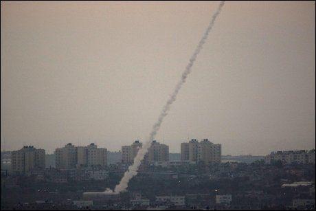 RAKETT: En rakett blir avfyrt fra nord på Gazastripen mot Israel, 9. april i år. Foto: AP