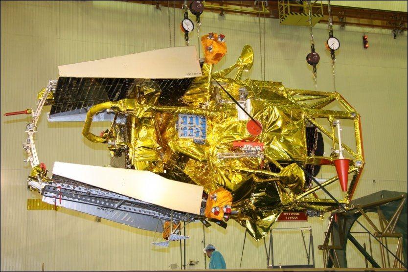 PÅ VEI MOT JORDEN: Fobos-Grunt, avbildet kun uker før den ble sendt opp i rommet. Foto: AFP
