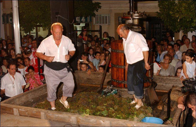 MATLAND: Spis godt, og vær gjerne med på å tråkke god vin, når du er i Spania. Foto: Spanias turistkontor