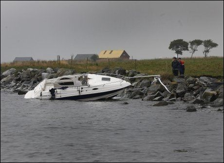 FORLISTE: Karina Gamlem (27) og Tor-Jonny Jørgensen (34) ble redddet opp av sjøen da denne fritidsbåten forliste, mens 15 år gamle Elise Klemetsen svømte i land for å varsle om det som hadde skjedd. Foto: Hallgeir Vågenes/VG