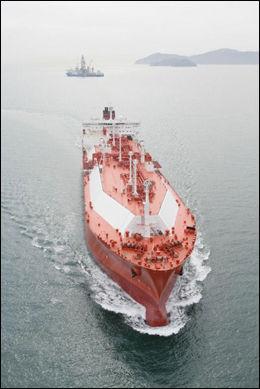 UKJENT FARVANN: Tankbåten «Ribera del Duero Knutsen», som tilhører rederiet Knutsen OAS Shipping i Haugesund, har for første gang fått tillatelse til å seile snarveien til Asia. Foto: Norges Rederiforbund