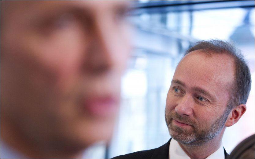 TROSSER JENS: Næringsminister Trond Giske trosser statsminister Jens Stoltenberg, og fortsetter sin kritikk av salget av TV 2. Foto: Scanpix