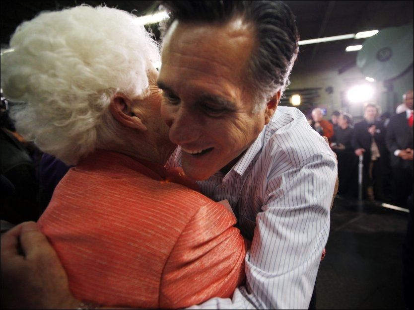 PARTIFELLE: Mitt Romney hilser på den republikanske lokalpolitikeren Mary Griffin på et valgmøte i New Hampshire. Foto: Reuters