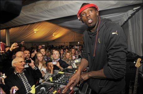 KOSTE SEG: Usain Bolt tok jobben som DJ på festen etter å ha løpt 200 meter på 19,87 i fjor. Foto: Helge Mikalsen, VG