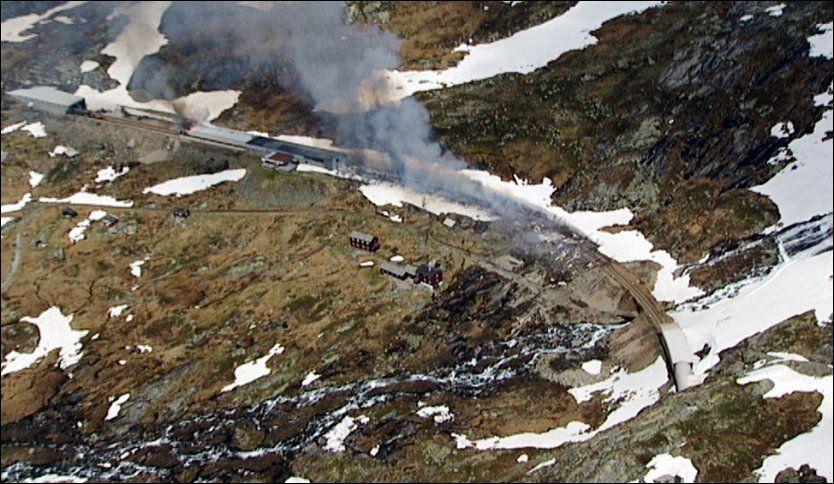 BRANN: Et togsett og et snøoverbygg ved Hallingskeid på Bergensbanen sto i brann i juni i fjor. Foto: SCANPIX