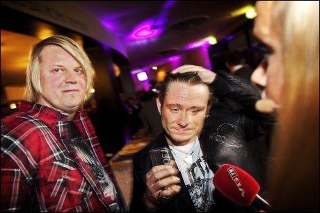 SØKKVÅT: Plumbo-vokalist Lars Erik Blokkhus fikk seg en real kalddusj etter vitse-bommen på Spellemannprisen. Band-kompis Tommy Elstad (t.v.) var tilskuer til hendelsen. Foto: JØRGEN BRAASTAD, VG