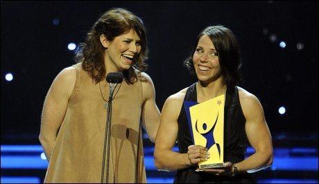 ÅRETS LAG: Ida Ingemarsdotter og Charlotte Kalla fikk prisen for årets lag under den svenske Idrottgalan. Foto: Niklas Larsson, Scanpix