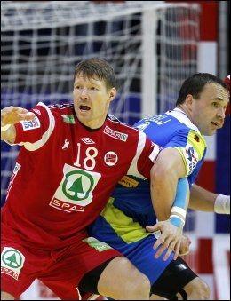 MÅ STÅ OVER: Johnny Jensen fikk rødt kort, og får dermed ikke spille kampen mot Island på onsdag. Foto: Scanpix