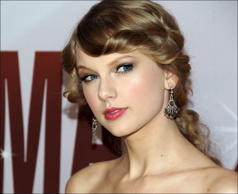SINGEL GULLSTRUPE: Taylor Swift (22), her på en countryprisutdeling i Nashville før jul. Foto: AP
