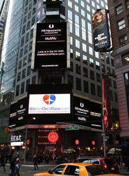 SYNLIG I NEW YORK: Den nye nettsiden ble lansert sist uke, blant annet med reklame i New York. Foto: WeMetOnAPlane.com