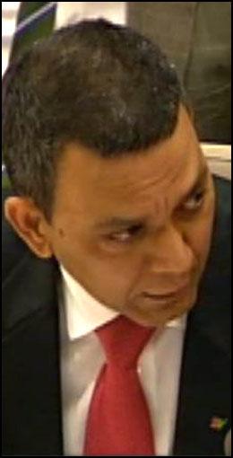 SPØRSMÅLET: Her stiller Akhtar Chaudhry spørsmålet om hvem Norge samarbeider med i Pakistan. Det fikk PST-sjef Janne Kristiansen til å røpe at norske etterretningsoperatører var i landet. Foto: STORTINGET.NO