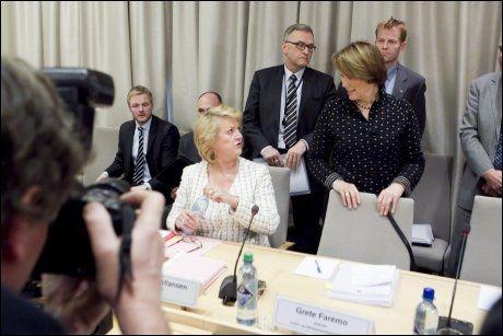 SAMMEN PÅ HØRING: Her ankommer PST-sjef Janne Kristiansen 22. juli-høringen i Stortinget sammen med justisminister Grete Faremo (Ap). I bakgrunnen ses også PSTs nye sjef Roger Berg. Foto: SCANPIX