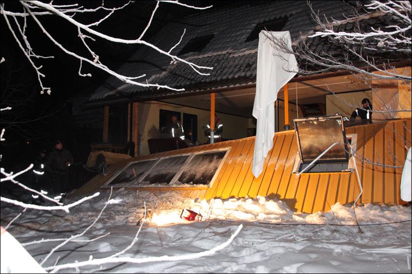 SMADRET: Vegggen blåste ut på grunn av den kraftige propaneksplosjonen. Foto: Foto: OLE CHRISTIAN NORDBY, EIKERFOTO.