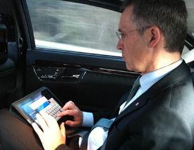 TWITTER-VENNER: Jens Stoltenberg er en ivrig Twitter og iPad-bruker. Her skriver han Twitter-gratulasjonsmelding til Mette-Marit fra bilen. Foto: PRIVAT