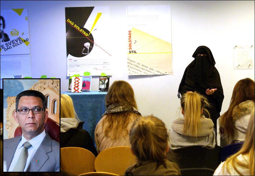 KRITISK: Akhtar Chaudhry (innfelt) liker ikke at Aisha Shezadi foreleser om niqab med sine ytterliggående synspunkter som bagasje. Foto: HILDE ØSTBY / SCANPIX