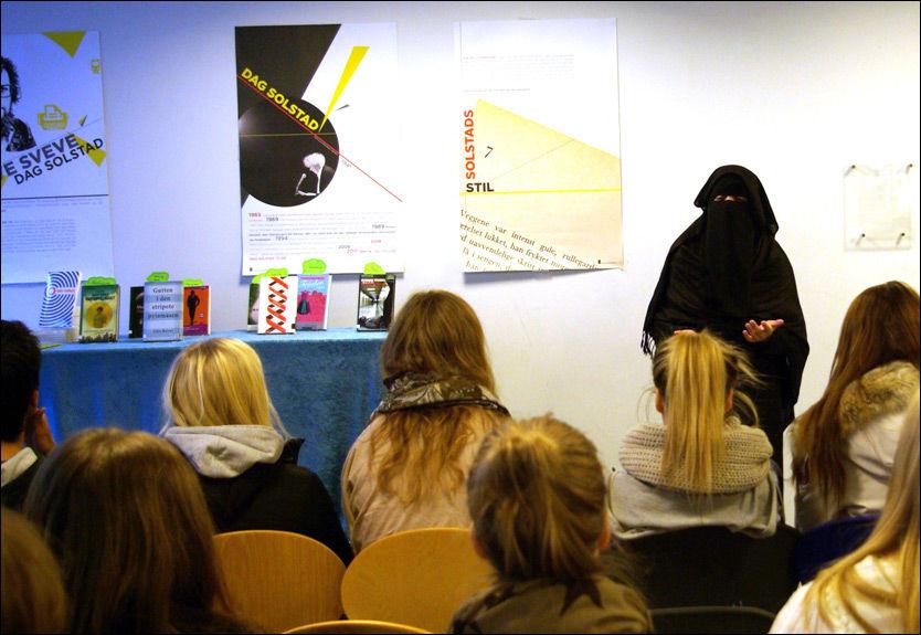 HOLDER FOREDRAG: Foreningen Les! og Norsk faglitterære forfatter og oversetterforening (NFF) sponser Aisha Shezadi når hun reiser landet rundt for å opplyse norske ungdommer om sitt verdisyn. Her under et av foredragene som hun nylig har holdt. Foto: HILDE ØSTBY