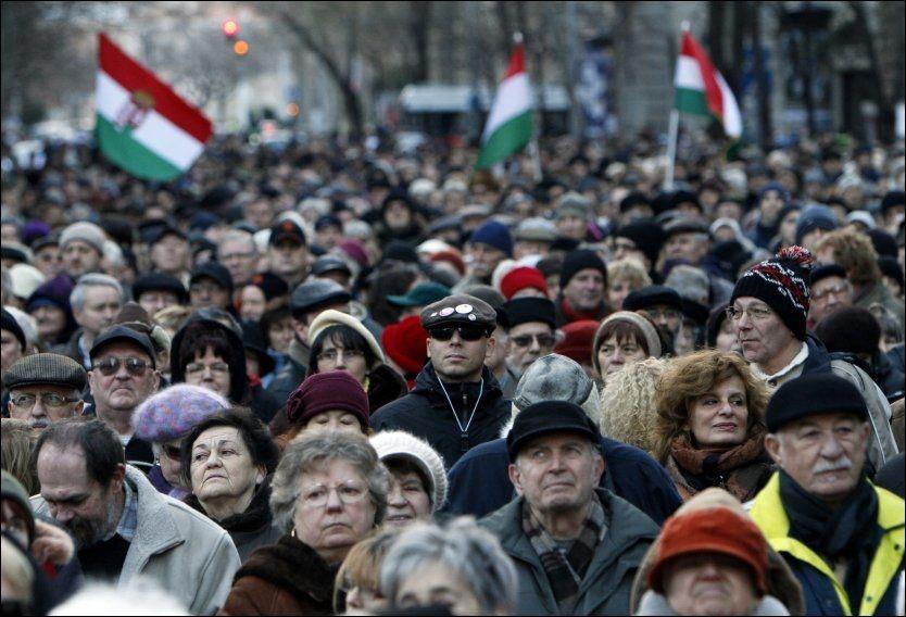 TOK TIL GATENE: Flere tusen mennesker deltok søndag 22. januar i en demonstrasjon i Budapest til støtte for den opposisjonelle radiokanalen Klubradio, som ungarske myndigheter tar av lufta 1. mars. Foto: REUTERS / Bernadett Szabo / SCANPIX