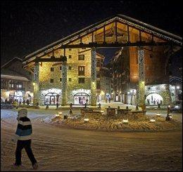 IDYLLISK: Opplyst og idyllisk i Val d'Isère på kveldstid. Foto: MAGNAR KIRKNES