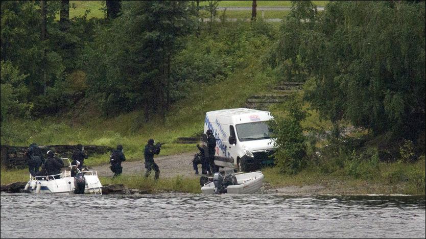 FIKK BISTAND: Her går beredskapstroppen i land på Utøya 22. juli. Kort tid etter fikk de hjelp fra Søndre Buskerud politidistrikt. Foto: Jan Bjerkeli