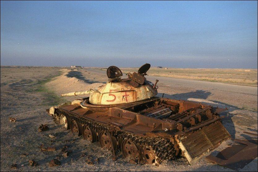 UTBOMBET: På grensen mellom Irak og Kuwait er det karrige og golde landskapet preget av bombingen under Gulfkrigen. Dette bildet er tatt i 2001 og viser en av mange utbombede stridsvogner i området. Foto: HARALD HENDEN