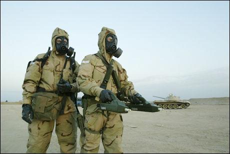 MÅLER: Et såkalt ABC-lag måler eventuell stråling da norske soldater var tilbake i Irak under krigen i 2003. Foto: THORBJØRN TJOSVOLD, FORSVARETS MEDIESENTER