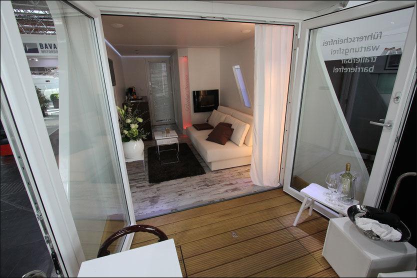 LITEN LUKSUSHYTTE: Det du trenger, og litt til er det plass til i hytta på ti kvadratmeter. Foto: Frode Pedersen (Båtliv)