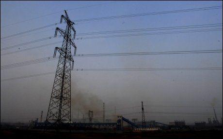 NORSK INDUSTRI FLYTTER UT: Her fra Elkems fabrikk i Shanghai i Kina. Foto: Harald Henden