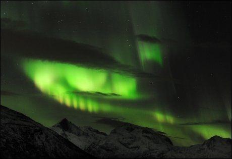 Nordlys tirsdag kveld sett fra Skulsfjord utenfor Tromsø. Tirsdagens nordlys er det kraftigste på seks år. Foto: Rune Stoltz Bertinussen, Scanpix