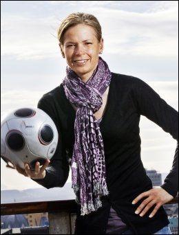 - PÅ EGET INITIATIV: VIF-trener Cecilie Berg-Hansen, også kjent fra TV 2s «Fotballkveld», sier spillerne selv har tatt initiativ til å dra på treningsleiren. Foto: Frode Hansen