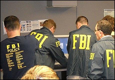 SPIONAPP ETTERLYSES: FBI vil at noen utvikler en applikasjon som kan brukes til å overvåke hva som skrives og postes på diverse sosiale medier. Bildet er fra en FBI-aksjon i fjor, der en rekke personer som sto bak pengesvindel gjennom botnettet Zeus ble arrestert. (Foto: J. Peter Donald, FBI/IDG News)