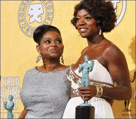 STOLTE: Octavia Spencer og Viola Davis med SAG-prisene. Foto: Reuters