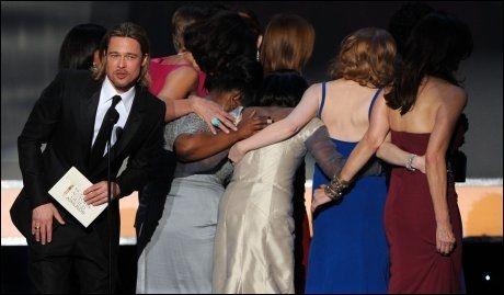 PRISUTDELER: Brad Pitt hadde det ærefulle oppdraget. Foto: AFP