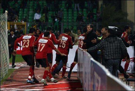 RØMMER: Her rømmer Kairo-laget al-Ahlys spillere fra banen. Foto: AFP