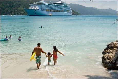 LABADEE: Cruiseskipet Voyager of the Seas fra Royal Caribbean International ligger ved stranden utenfor Labadee i Haiti. Foto: ROYAL CARIBBEAN