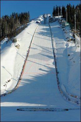 VIKERSUND: Her skal det snart hoppes veldig langt. Gjeldende verdensrekord er det Johan Remmen Evensen som har. Den ble satt i denne bakken i fjor og er på 246,5 meter. Foto: Johannes Jansson
