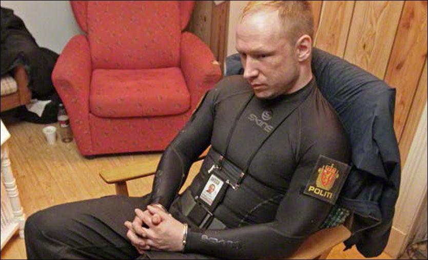 PÅGREPET: Her er massemorderen Anders Behring Breivik (32) satt i håndjern av politiet. Samtidig som spor sikres, blir han avhørt av spesialtrente politispanere.