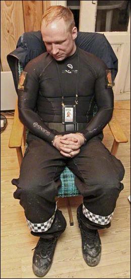 SER BORT: Terrorsiktede Anders Behring Breivik (32) ønsket ikke å bli tatt bilde av og ser bort fra politiets kamera.