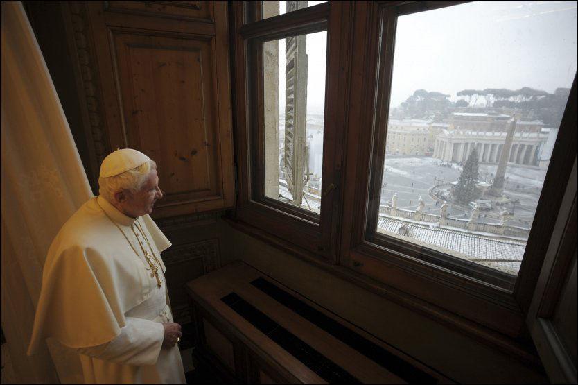 KRISEMØTER: Det vil holdes krisemøter i Roma over de neste dagene. Her ser Pave Benedict XVI utover Petersplassen i Vatikanstaten. Foto: Reuters