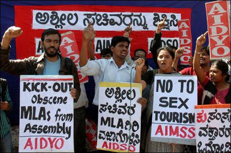 PROTESTER: Mange indere tok til gatene og protesterte mot at ministerne skal ha sett på den angivelige pornofilmen. Foto: AFP