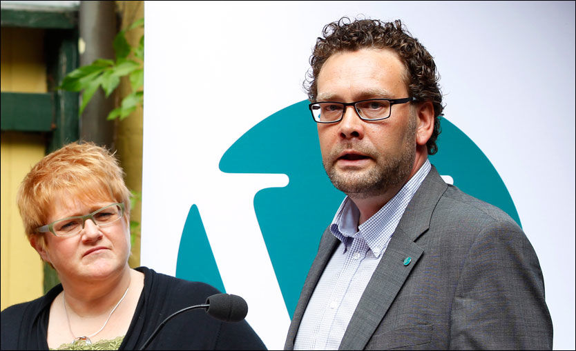 VARSLET: Venstre-leder Trine Skei Grande (t.v.) ble varslet om nestleder Helge Solum Larsen (t.h.) før jul. Her er de fotografert sammen under en pressekonferanse i 2011. Foto: SCANPIX