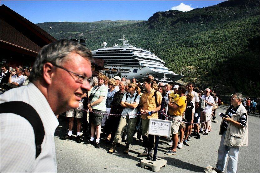 PÅ NORGESTUR: Turister fra cruiseskipet «Costa Magica» venter på Flåmsbanen. Foto: BJØRN DJUPVIK