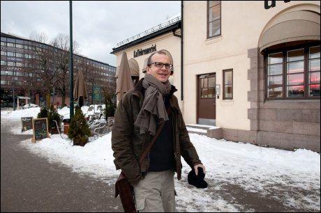 PÅ NORGESBESØK: Justin Francis er gründer av reisebyrået og nettstedet Responsible Travel, og en av verdens mest anerkjente størrelser innen ansvarlig turisme. Her fotografert utenfor Vestbanen i Oslo. Foto: GJERMUND GLESNES