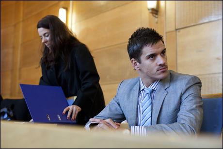 HAR FORKLART SEG: Fornærmede Martin Andersen i rettsalen onsdag sammen med bistandsadvokat Hege Salomon. Foto: Marie von Krogh