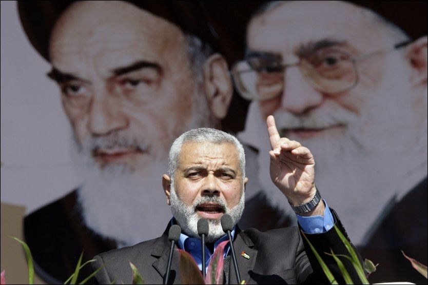 TALTE: Under lørdagens feiring av at det er gått 33 år siden den islamistiske revolusjonen i Iran talte lederen for den palestinske islamistbevegelsen Hamas, Ismail Haniyeh. Han slo fast at bevegelsen aldri vil anerkjenne Israel. Den uforsonlige uttalelsen kan skape vansker for samarbeidet mellom Hamas og Fatah. Foto: REUTERS