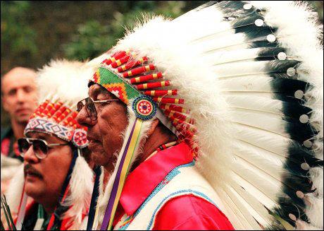 SAKSØKER: Indianerstammen Oglala Sioux sliter med alkoholproblemer. Personene på bildet er medlemmer av stammen. Foto: Scanpix