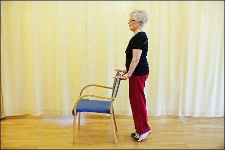 GOD ØVELSE 2: Tåhev - trener leggmuskler. Stå ved stol eller kjøkkenbenk, skyv deg raskt opp tær, og senk rolig ned. Støtt om nødvendig for balanse. Vil du ha det tyngre, stå på kanten av nederste trappetrinn - da kommer du lenger ned før du går opp igjen. Foto: Jørgen Braastad