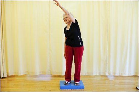 GOD ØVELSE 3: Plukke epler - trener balanse og bevegelighet. Strekk armen til siden, som om du strekker deg etter et eple du vil plukke. Stå gjerne på et ustødig underlag, for eksempel skumgummimadrass eller sitteunderlag, for å utfordre balansen mer. Foto: Jørgen Braastad