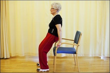 GOD ØVELSE 4: Dips i stol - trener overarm og skuldre. Sett deg ytterst på stolen og hev deg opp med armene armene, uten hjelp av beina. God øvelse for å bevare overkroppsstyrke, som er viktig for å kunne fungere hjemme, bære handleposer osv. Foto: Jørgen Braastad