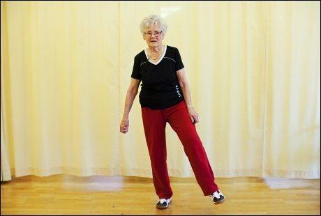 GOD ØVELSE 5: Løfte ben - trener balanse og hoftebevegelighet. Stå på ett ben, fest blikket på et punkt og prøv å holde balansen. Utfordre gjerne med å strekke benet ut til siden, eller løfte det opp og ned. Foto: Jørgen Braastad